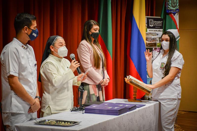 45 estudiantes se graduaron de Pregrado y Especialización